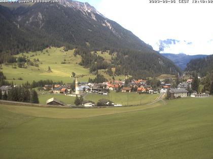 Bergün: Blick auf das Dorf und die Albulalinie