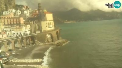 Vista de cámara web de luz diurna desde Atrani: Webcam − Amalfi) − view from La Scogliera rooms