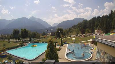 Vue webcam de jour à partir de Kötschach: Mauthen − Webcam 1 − Aquarena − Blick auf die Karnischen Alpen