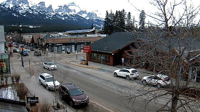 Webcam Canmore: Downtown − Mount Rundle from Main Street