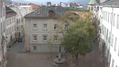 Daylight webcam view from Hall in Tirol: Der Stiftsplatz von Hall in − und Blick Richtung Innsbruck