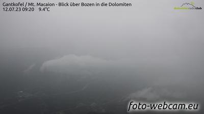 Eppan an der Weinstraße - Appiano sulla Strada del Vino: Gantkofel - Mt. Macaion - Blick über Bozen in die Dolomiten