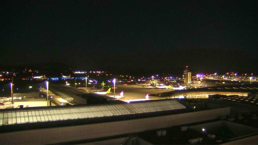 Kloten: Flughafen Zürich - Zürich - Zuerich Flughafen Webcam Dock B