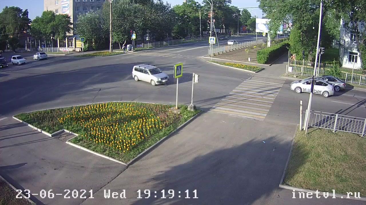 Webkamera Ussuriysk: Комсомольская 64 Вид на перекресток ул.